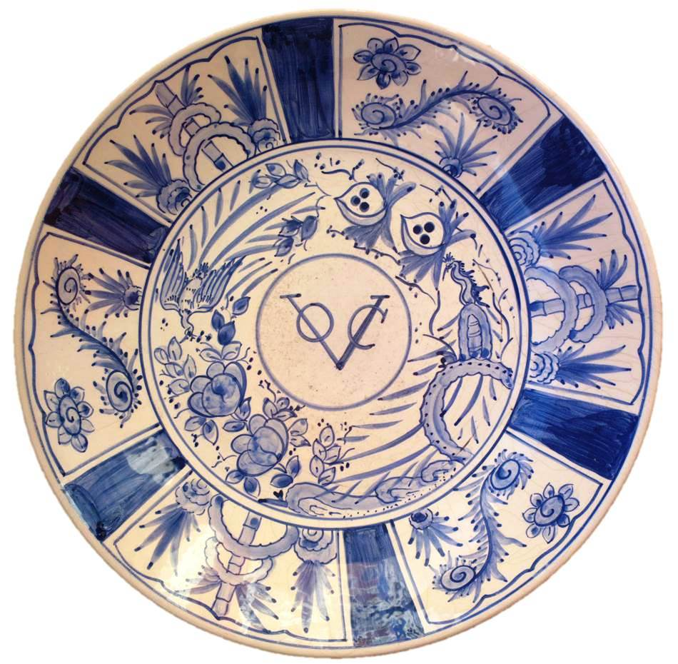 Блюдоб, фарфор, Ост -Индская компания, Голландия, Platter with monogram of the Dutch East India Company, Edo period (1615–1868), ca. 1640. Japan. ARTOFNATION, ART OF NATION, antique